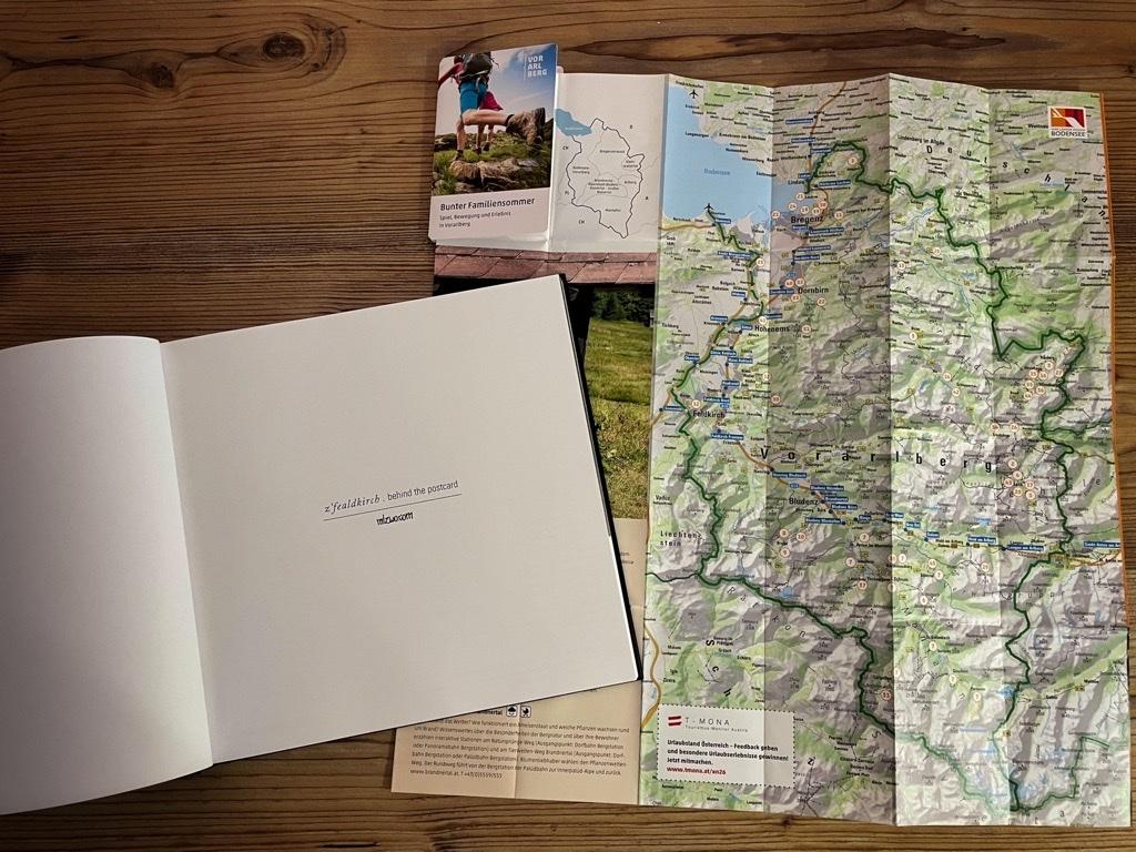 Titel - Innen - z'fealdkirch . behind the postcard - Mark Lins